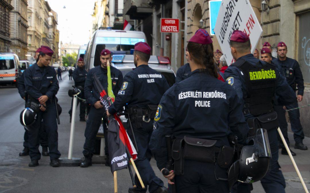 Nem a cigánybűnözőktől a bicskát, hanem a megemlékezőktől a zászlót vette el a rendőrség