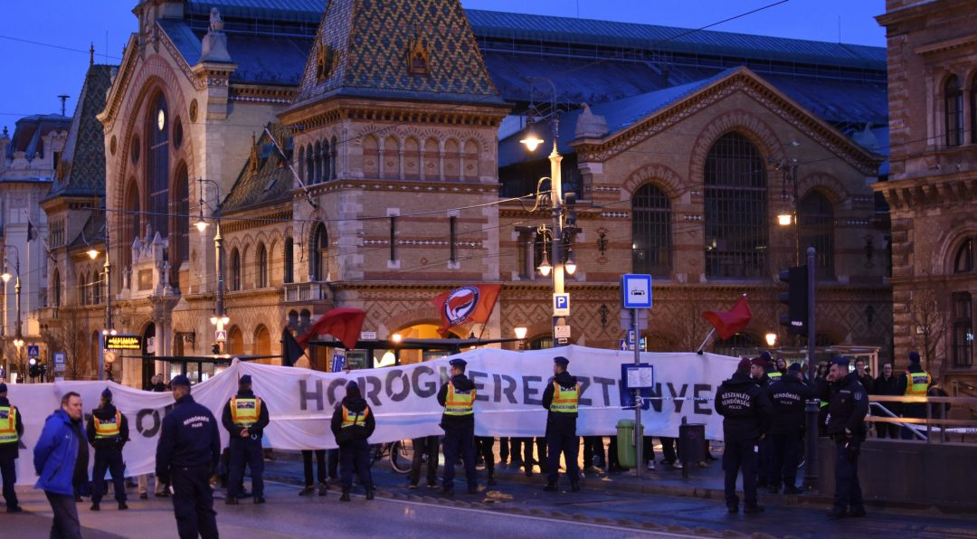 """""""Antifasiszta"""" ellentüntetők a Fővám téren a Mi Hazánk ott elvonuló Horthy-megemlékezésére készülve (fényképek: Dobrocsi Lénárd)"""