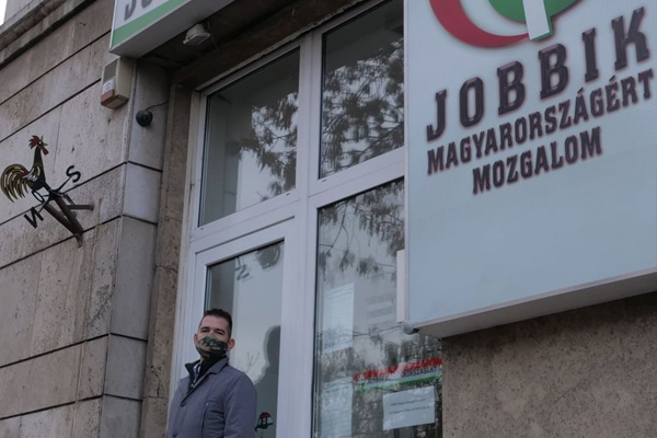 Szélkakast tűzött ki a Jobbik székházára Novák Előd